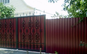 «Дело мастера боится»: строим самостоятельно забор из профнастила