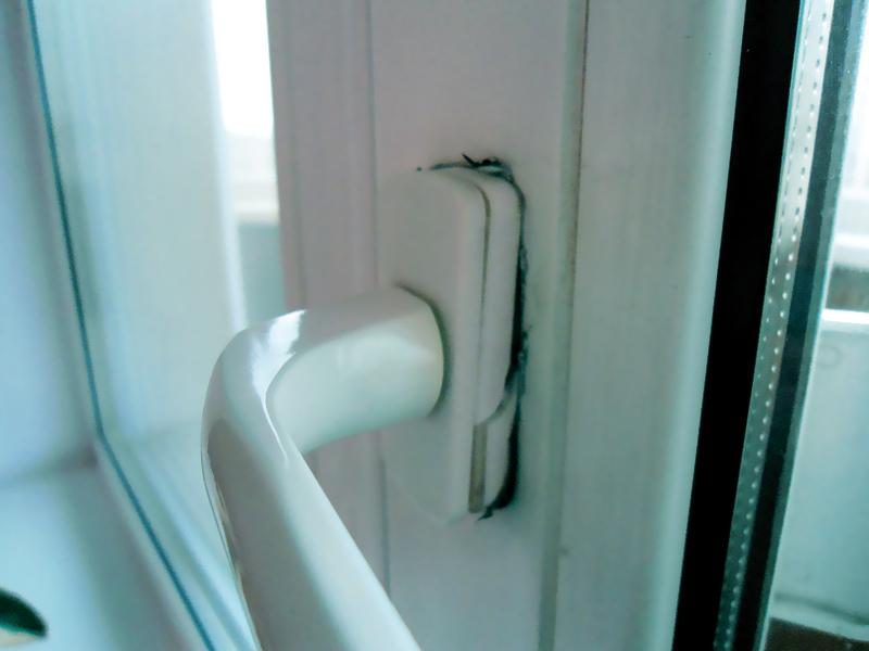 Клей для уплотнителя балконных дверей.